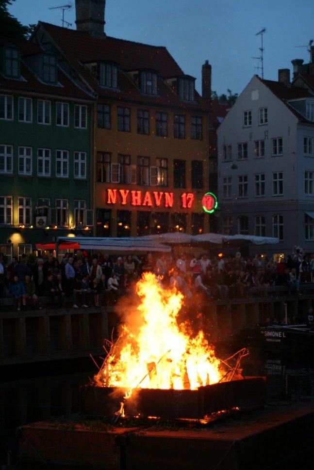 코펜하겐 뉘하운에 설치된 중하절 모닥불. 마녀를 독일 브록스베르크로 쫓아내는 의식이다 (출처: 플리커 CC BY Siebuhr)