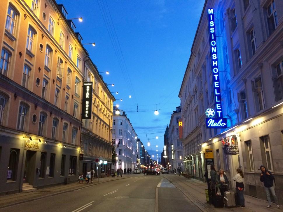 백야가 한창인 코펜하겐 중앙역 뒷골목. 밤 10시20분이다 (사진: 안상욱)