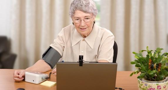 원격진료를 위해 가정에서 혈압을 재는 환자(출처: 덴마크 복건부)