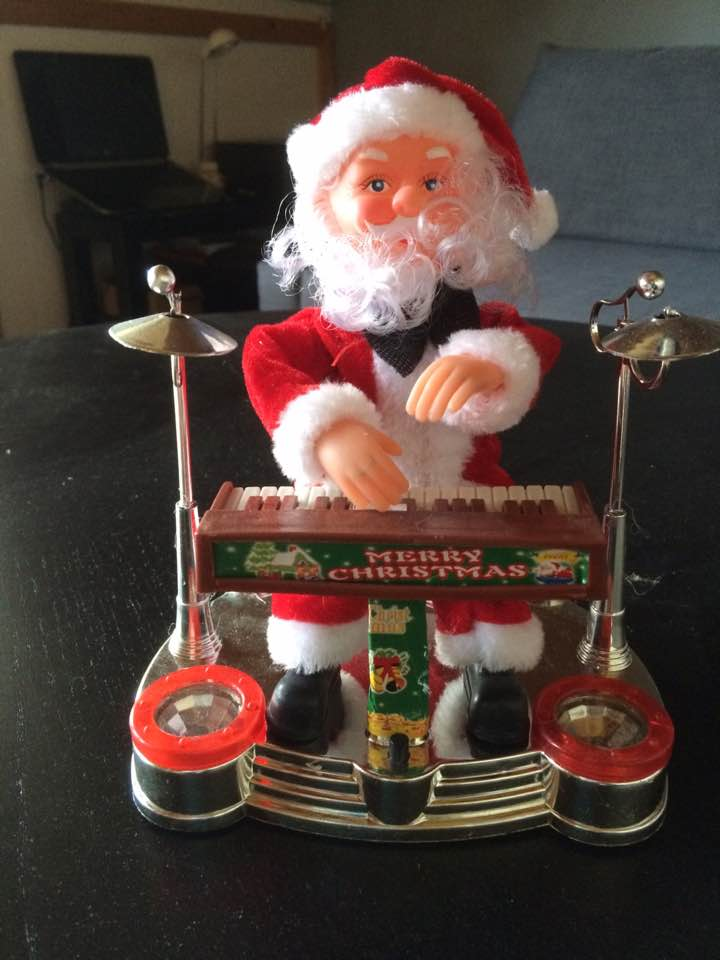 Its not only people and the elf´s that love Christmas songs. Santa also loves Christmas music and can also play.