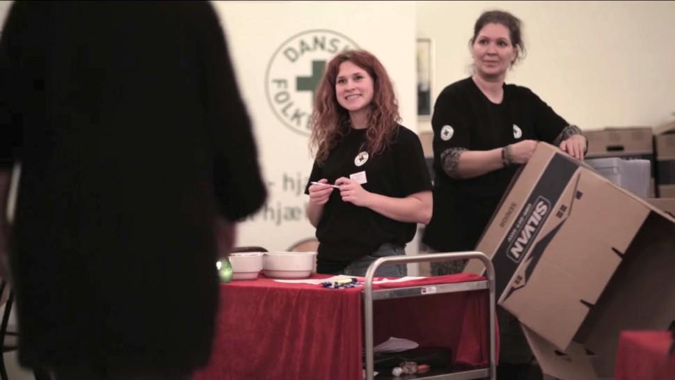 덴마크시민구호단이 크리스마스 기부물품을 나눠주는 모습 (덴마크시민구호단 홍보 영상 갈무리)