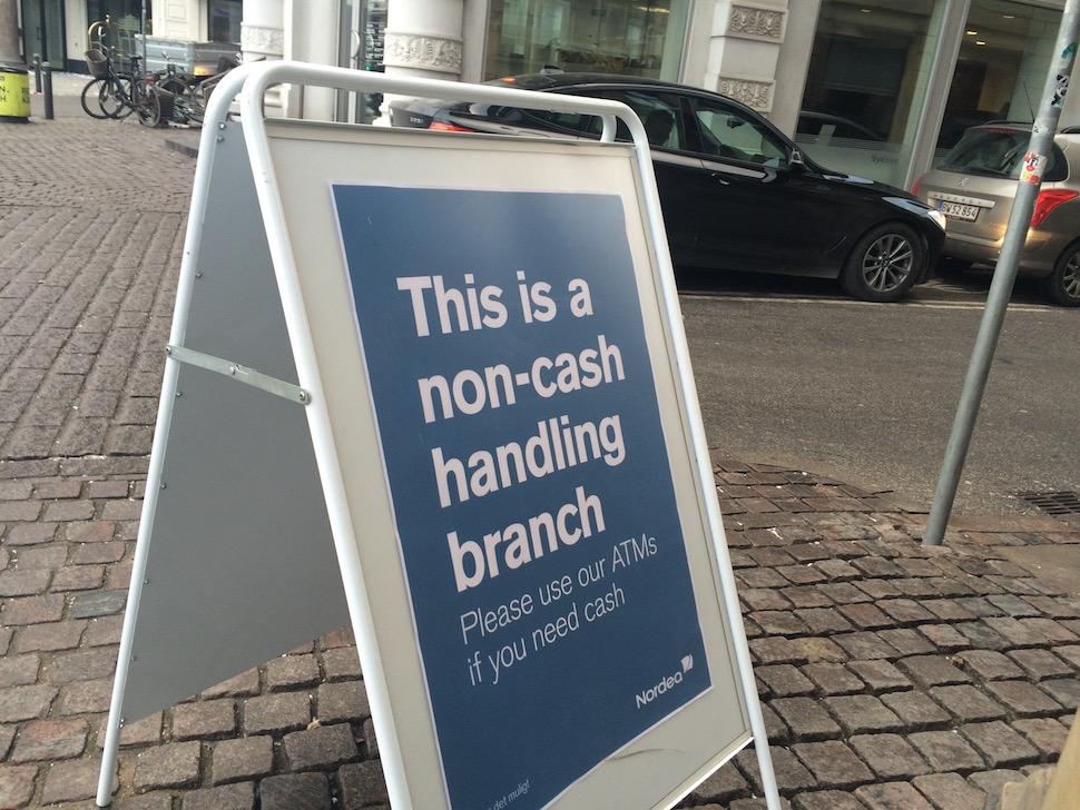 """덴마크 코펜하겐 은행 앞에 흔히 보이는 입간판. """"이 지점은 현금을 취급하지 않습니다""""라고 써 있다 (사진: 안상욱)"""