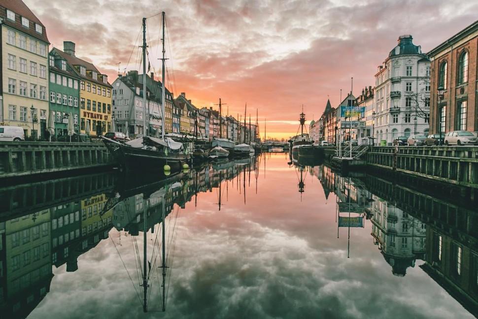 뉘하운에서 본 일출(출처: 코펜하겐 미디어센터 Thomas Høyrup Christensen 촬영)