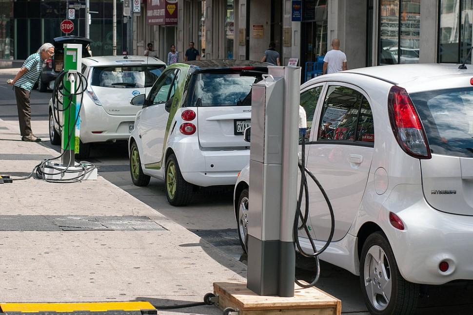 토론토 온타리오에서 충전소를 이용하는 전기차 (출처: 위키미디어커먼즈 CC BY-SA Mariordo)