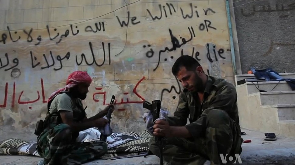FSA rebels cleaning their AK47s in Aleppo, Syria during the civil war (출처: 위키미디어커먼즈 CC PD)