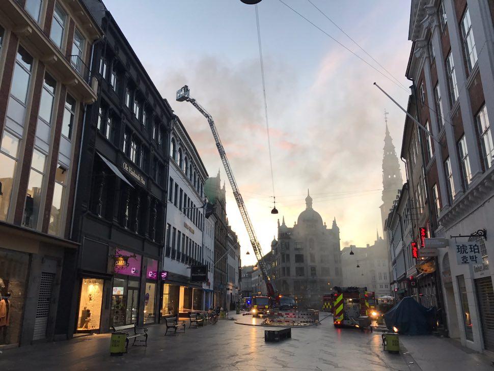 2017년 9월3일 새벽 4시께 코펜하겐 쇼핑 명소인 일룸 볼리그후스(Illum Bolighus) 지붕에서 화재가 발생해 수십 억 원에 달하는 재산 피해를 내고 10시간 만에 진화됐다. 인명 피해는 없었다 (덴마크 수도재난본부 제공)