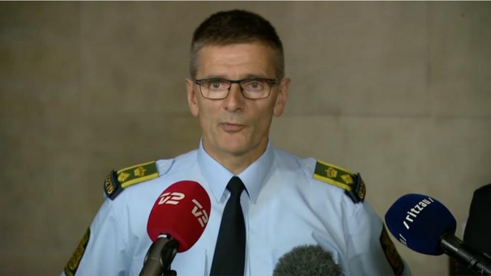 코펜하겐시경찰청 요르겐 베르겐 스코우(Jørgen Bergen Skov) 경감이 9월21일 기자회견에서 테러 용의자 2명 체포 작전에 관해 설명하는 모습(TV2 방송 갈무리)