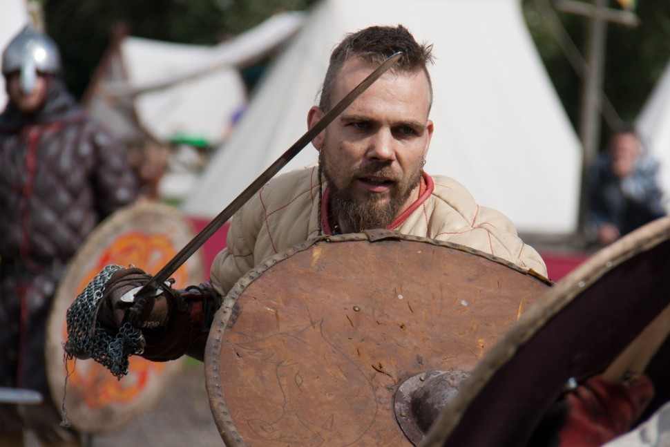바이킹 전통 무구를 갖추고 모의 전투를 벌이는 덴마크인(출처: 플리커 CC BY-SA Hans Splinter)