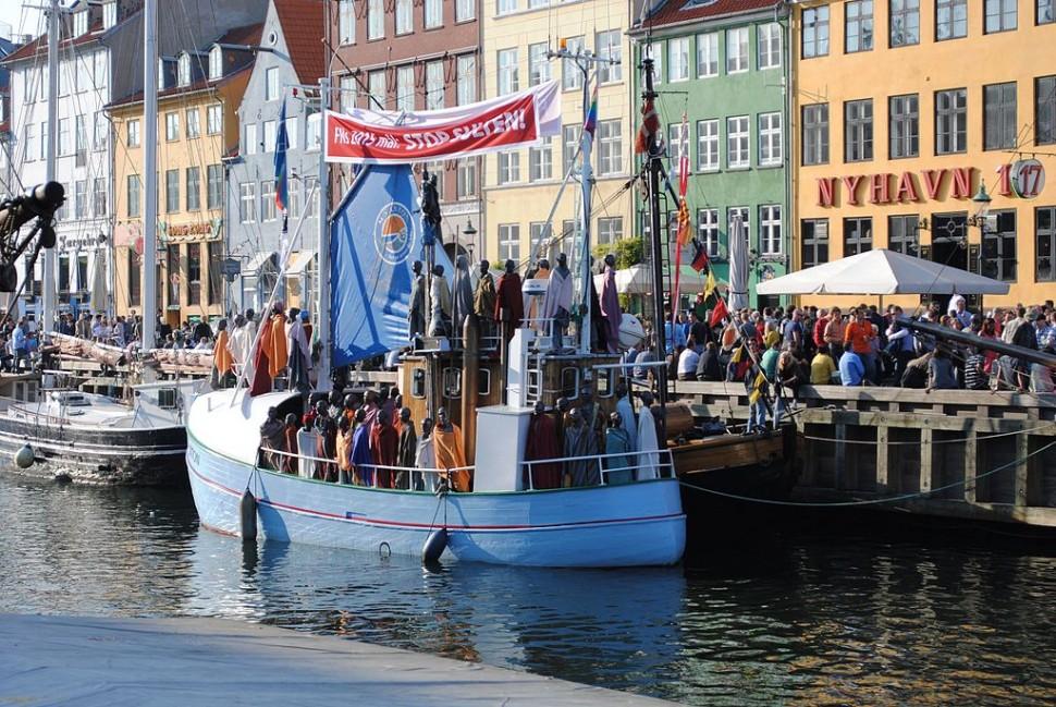 덴마크 예술가 Jens Galschiot가 만들어 코펜하겐 뉘하운에 전시한 설치미술 작품 '난민선' (출처: 위키미디어커먼즈 CC BY-SA Jens Galschiøt)