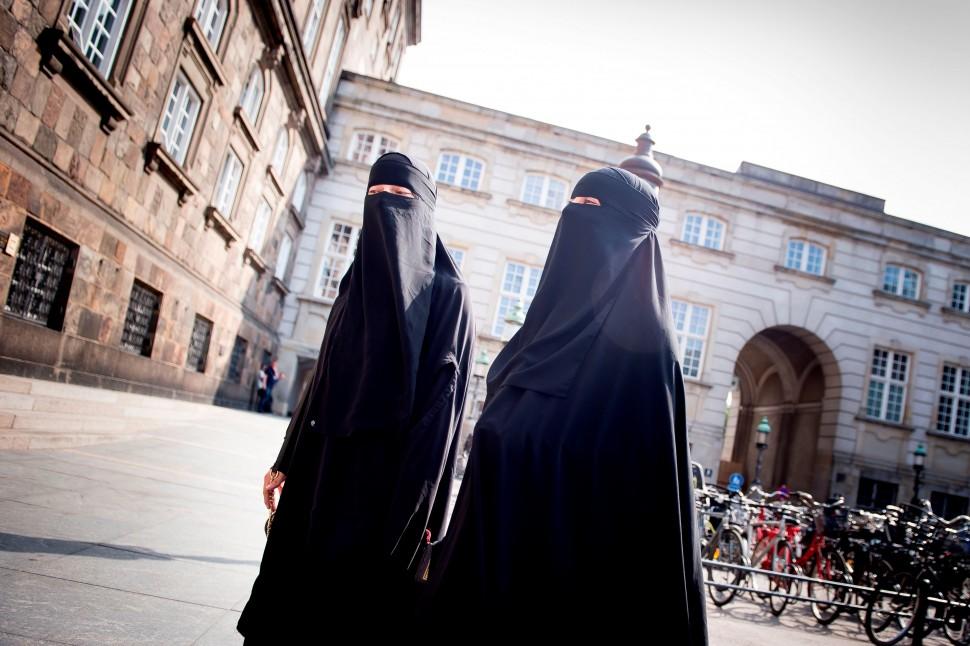 부르카를 입고 덴마크 국회 앞을 걷는 무슬림 여성(제공: 국제 앰네스티)