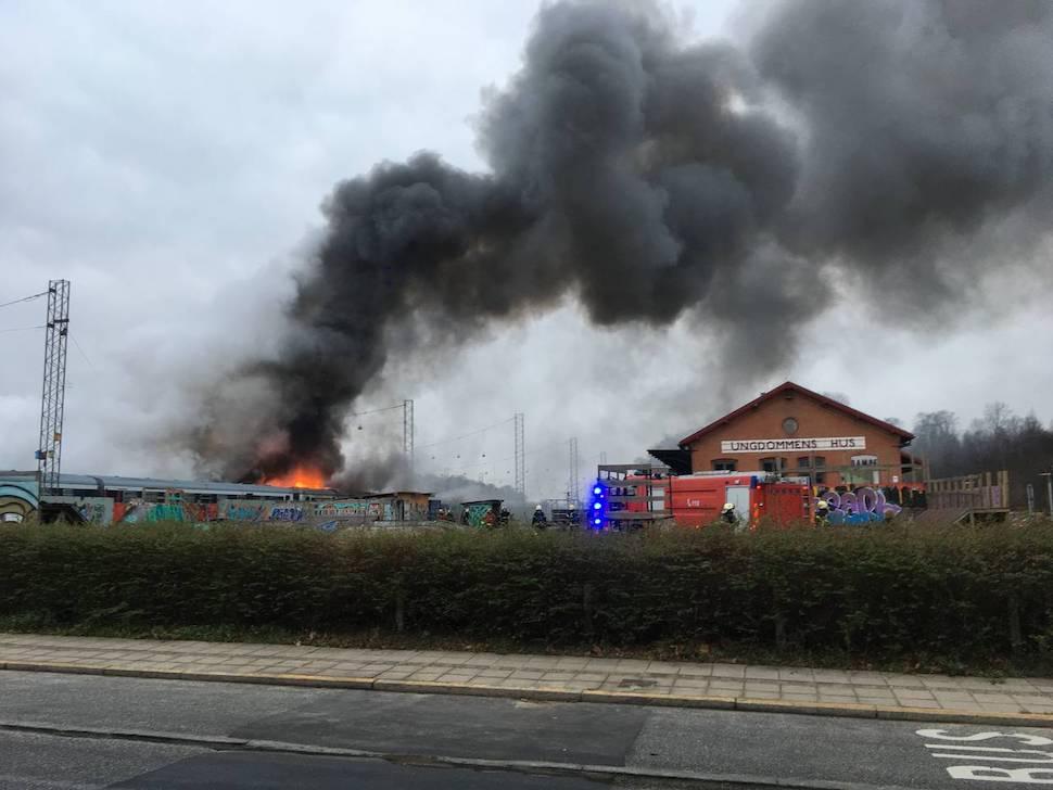 12월18일 오후 프레데리시아 기차역에서 열차에 불이 났다. 추후 경찰 조사에서 10대 청소년 4명이 불을 지른 것으로 드러났다(사진: Jydske Vestkysten 재인용)