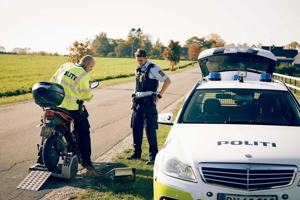오토바이를 검사 중인 덴마크 경찰관(덴마크 경찰청 제공, Niclas Jessen 촬영)