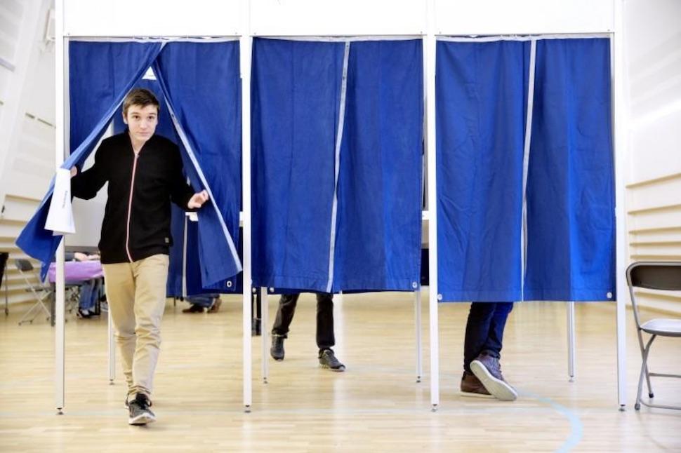 덴마크 민주주의 교육 과정 학교 선거(skolevalg)에 참가한 학생이 미래 유권자로서 국회를 구성할 정당에 투표하는 모습(학교 선거 제공, Tobias Markussen 촬영)