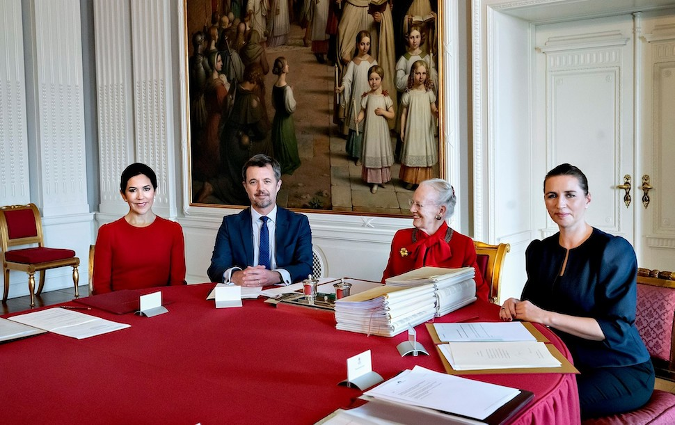 마르그레테 2세 여왕이 10월2일 프레데릭(Frederik) 왕세자와 메테 프레데릭센(Mette Frederiksen) 총리가 참석한 국무위원회에서 마리(Mary) 왕세자를 섭정으로 임명했다 (사진: 덴마크 왕실 제공)